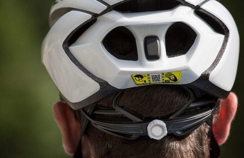 Casco ciclista con etiqueta identificativa NFC código QR