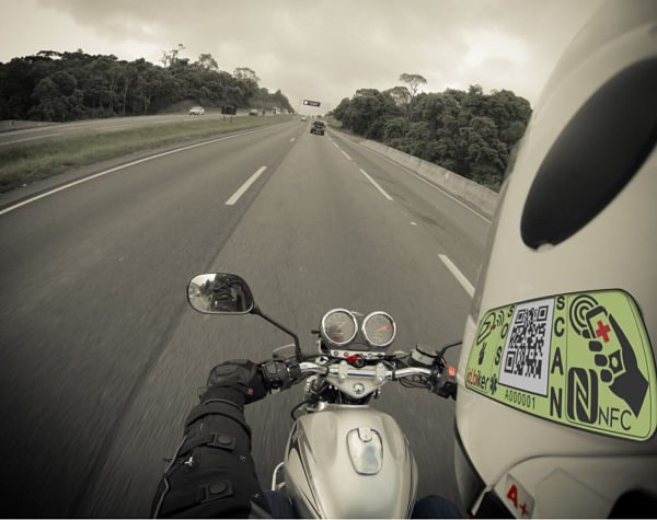 Casco moto con etiqueta NFC conduciendo