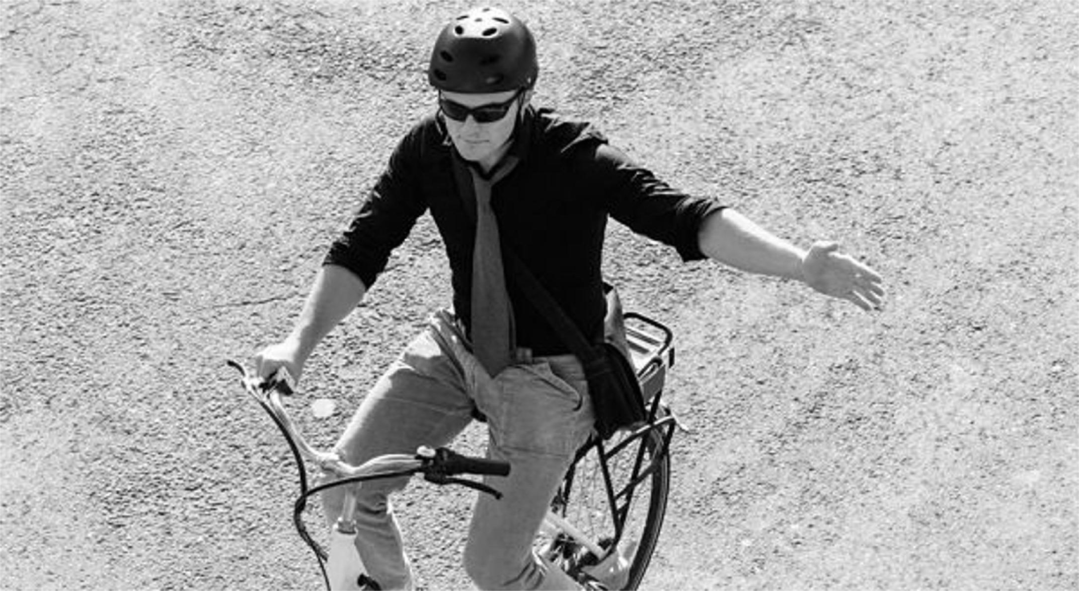 Ciclista señalizando giro